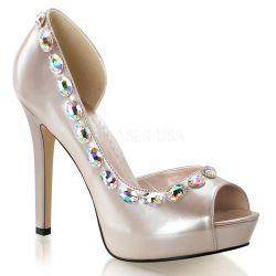 Zapatos de plataforma en charol abiertos al costado y lujosa pedrería